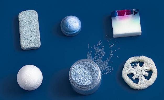 Itens de cuidados do corpo diferentes na cor azul. Foto gratuita