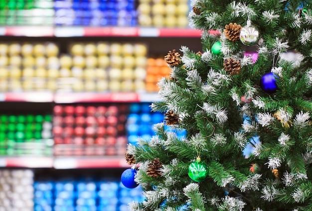 Itens de decoração para o natal e ação de graças em diferentes desenhos e cores são exibidos Foto Premium