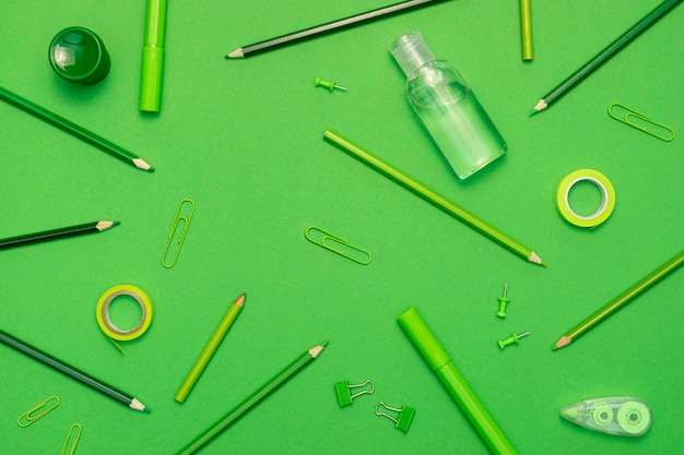 Itens de escola vista superior sobre fundo verde Foto gratuita