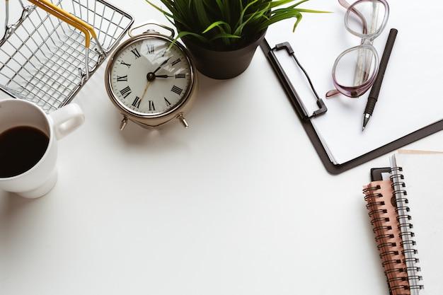 Itens de negócios caiu no distúrbio criativo na mesa branca Foto Premium