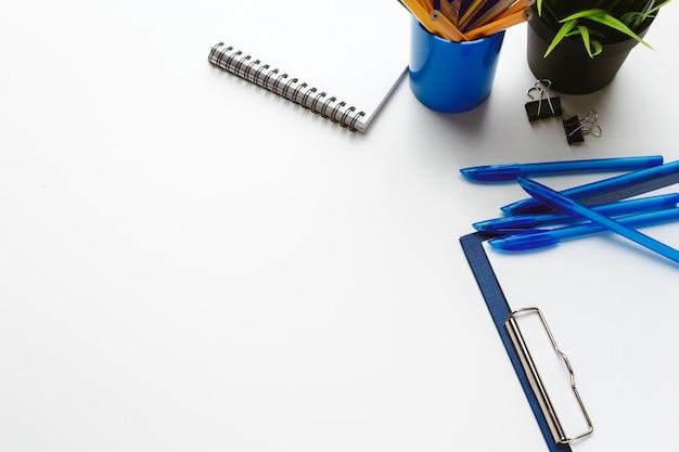 Itens de negócios lançados na desordem criativa na tabela branca Foto Premium