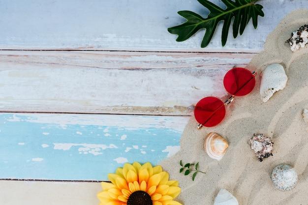 Itens de verão, acessório na temporada de férias na parede de cor. Foto gratuita