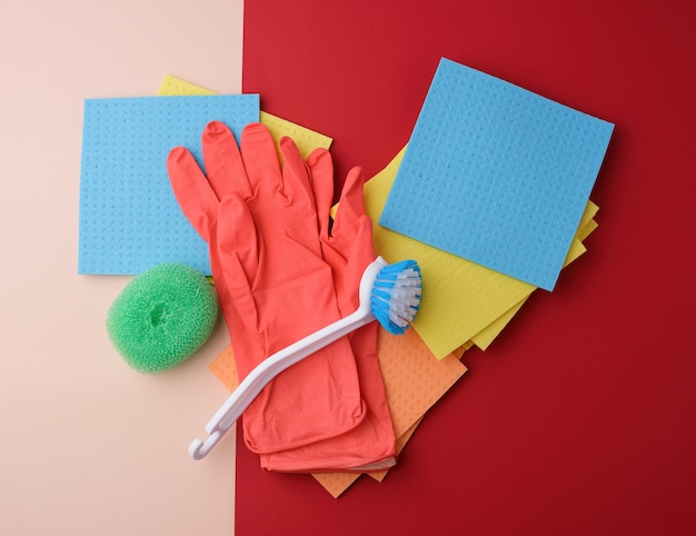 Itens para limpeza doméstica. luvas, escova e esponjas para espanar Foto Premium