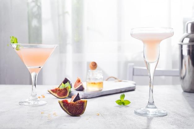 Jack rose cocktail com figos e mel no fundo claro sobre janelas Foto Premium
