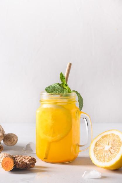 Jamu bebida à base de plantas da indonésia com açafrão, gengibre, limão. Foto Premium