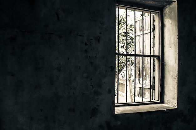 Janela antiga vintage aberta Foto Premium