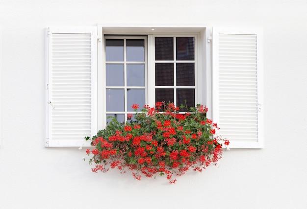 Janela branca e flores. Foto gratuita