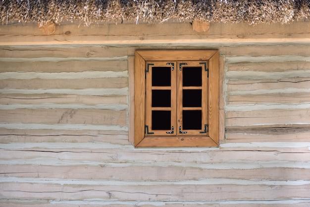 Janela com moldura de madeira. janela da fazenda. rústico. modelo. pano de fundo. brincar Foto Premium