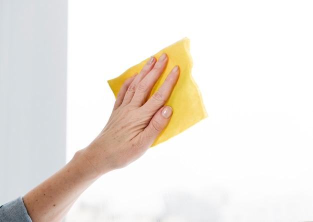 Janela de limpeza de mulher limpa Foto gratuita