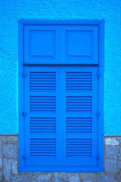 Janela de madeira azul. fotografia azul Foto Premium