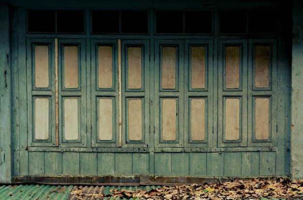 Janela de madeira verde antiga no edifício de madeira clássico - estilo vintage Foto Premium
