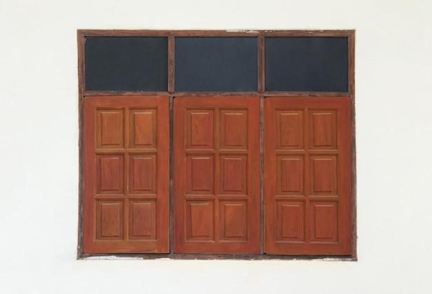 Janela de madeira vermelha Foto Premium