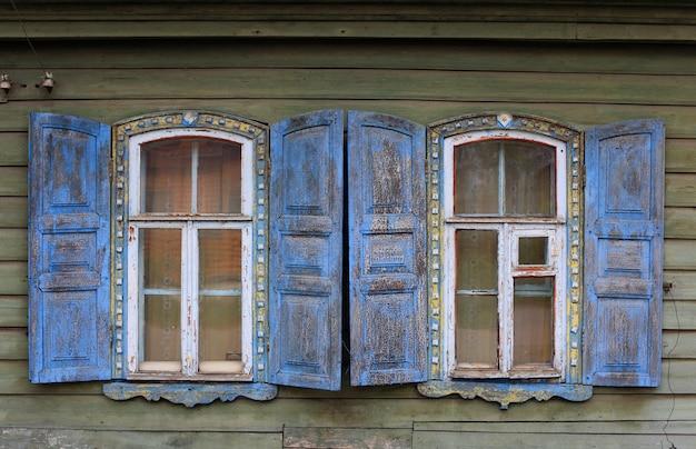 Janela de uma casa velha. Foto Premium