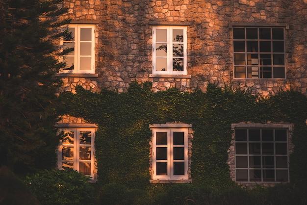 Janela do estilo do vintage, parede da casa com uma janela fechado à esquerda e detalhes. Foto Premium
