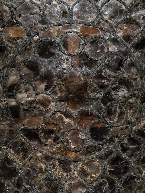 Janela gótica de vitral de vitral em ferro forjado perfilado e rebites, vidro rachado Foto Premium