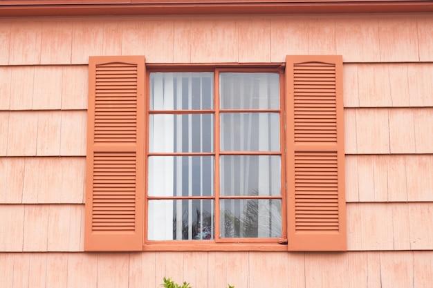 Janela vintage com parede de tom de laranja Foto gratuita