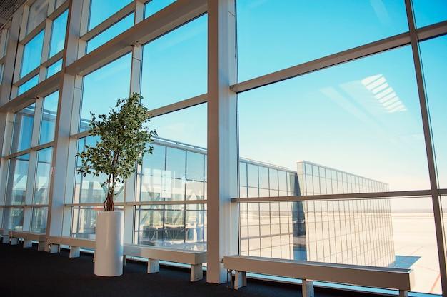 Janelas de um centro de negócios, dentro da fábrica, aeroporto de donetsk Foto Premium