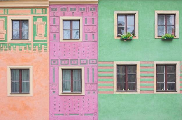 Janelas em cores edifícios Foto gratuita