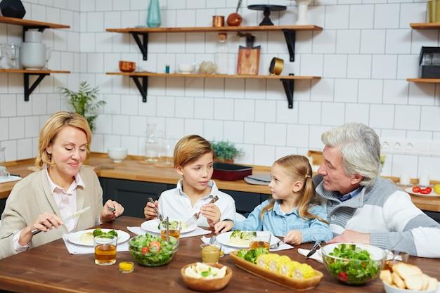 Jantando na cozinha Foto gratuita