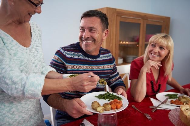Jantar de natal servido pela mulher mais velha da família Foto gratuita