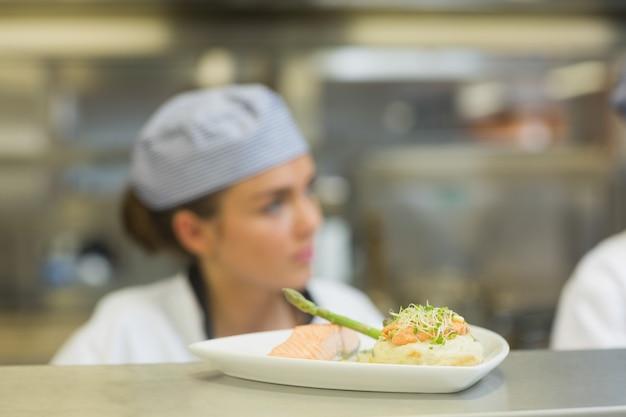 Jantar de salmão em um prato na estação de ordem Foto Premium