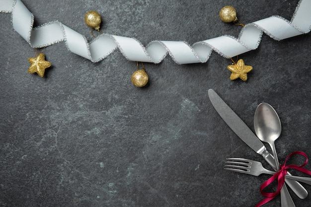 Jantar especial, natal, comemorar, par, amante familiar, apartamento, leigos, vista superior, com, garfo, colher, k Foto Premium