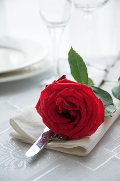 Jantar festivo ou romântico com rosa vermelha. Foto Premium