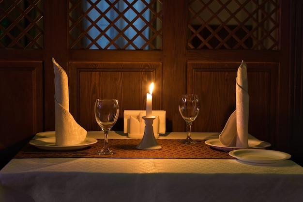 Jantar romântico à luz de velas em um restaurante Foto Premium