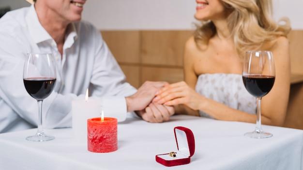 Jantar romântico com anel de noivado Foto gratuita