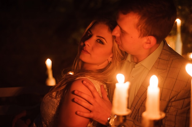 Jantar romântico de um jovem casal à luz de velas na montanha Foto Premium