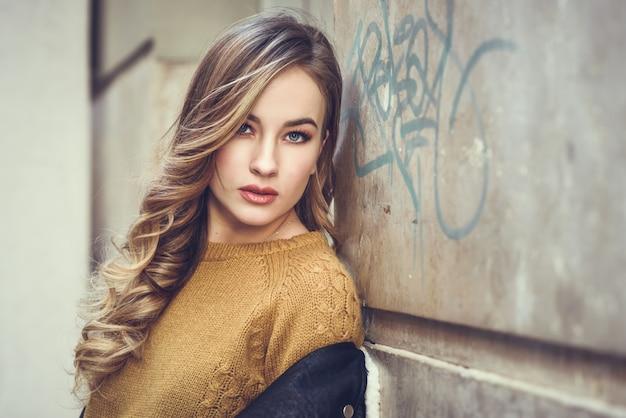 Jaqueta de beleza do cabelo retrato dos olhos azuis Foto gratuita