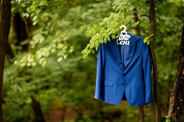Jaqueta de noivos. preparação do casamento de manhã. acessórios para noivos Foto Premium