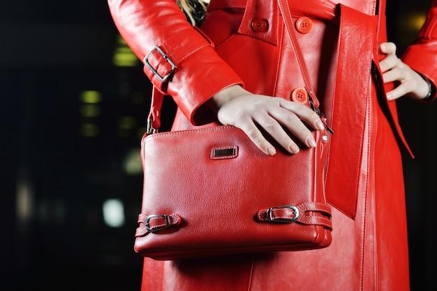 Jaqueta e bolsa vermelha elegante Foto Premium