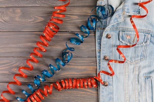 Jaqueta jeans e fitas na mesa Foto gratuita