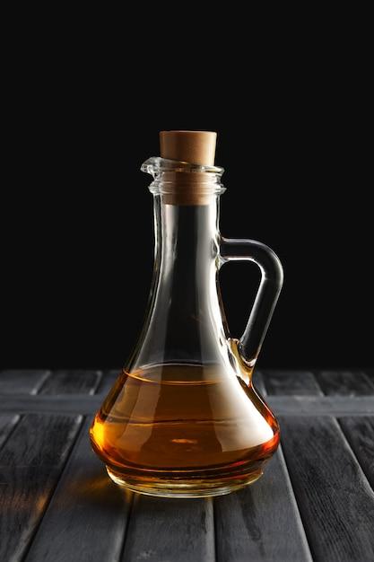 Jar com óleo na mesa de madeira Foto Premium