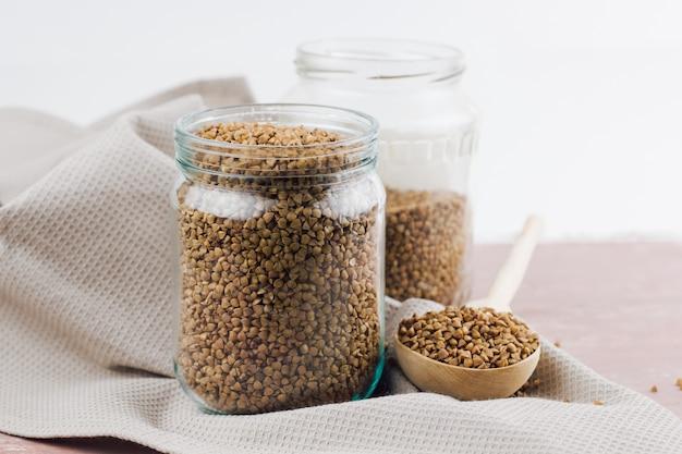 Jar com trigo mourisco cru Foto Premium