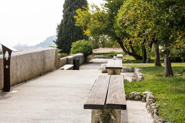 Jardim com bancos em um mosteiro na colina de cimiez em nice, frança Foto Premium
