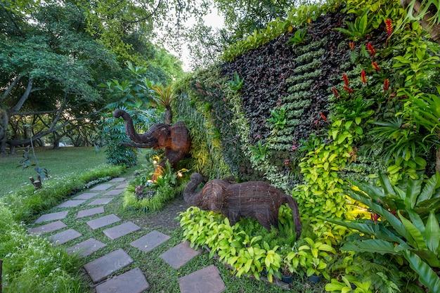 Jardinagem vertical em harmonia com a natureza no parque. Foto Premium