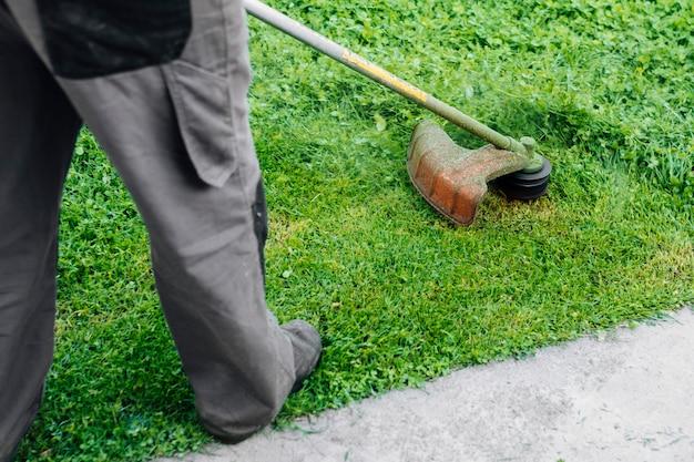 Jardineiro, segando, a, capim Foto gratuita