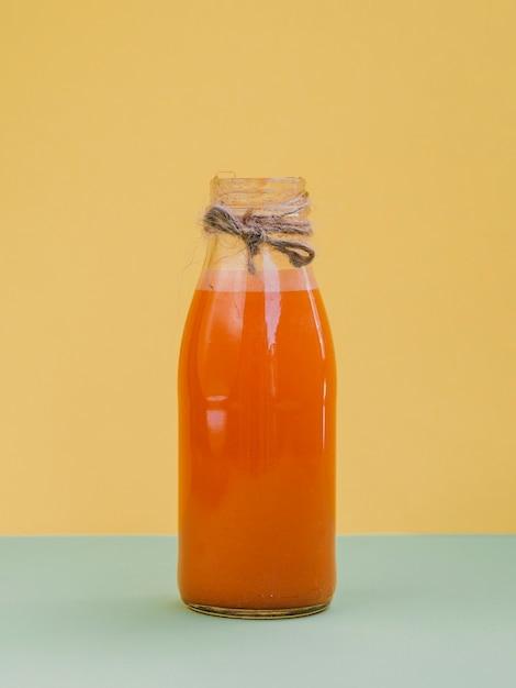 Jarra com suco de cenoura fresco e orgânico Foto gratuita