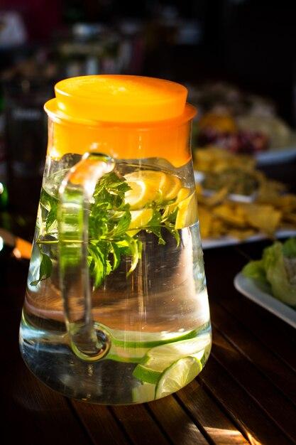 Jarra de água refrescante com limão e menta Foto gratuita
