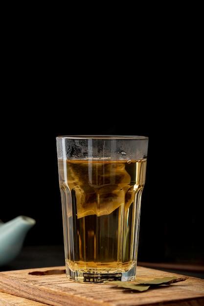 Jarra de chá verde em uma placa de madeira Foto gratuita