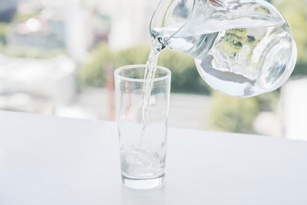Jarra de enchimento de copo de água Foto gratuita