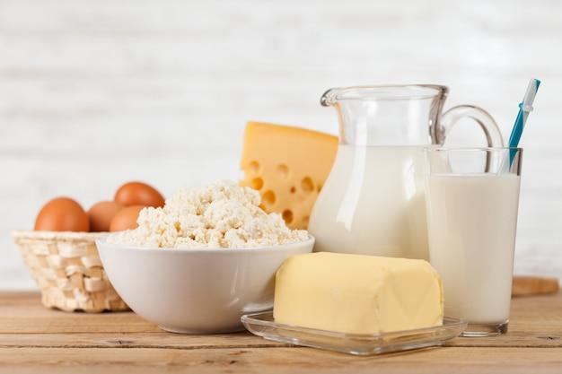 Jarra de leite na mesa de madeira Foto Premium