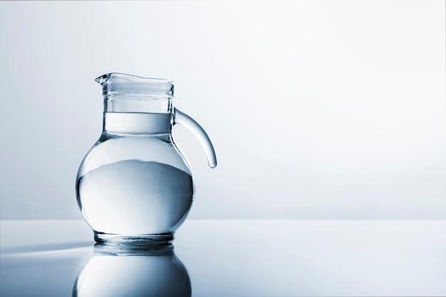Jarra de vidro cheia de água Foto gratuita