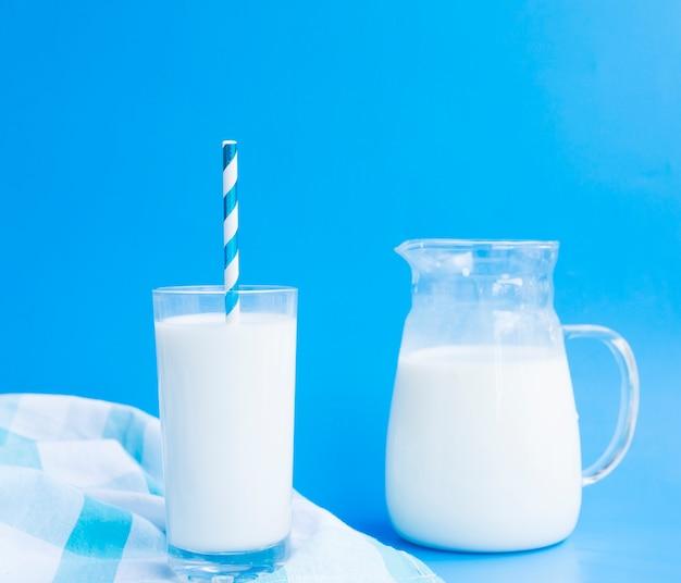 Jarra e copo de leite com um canudo Foto gratuita