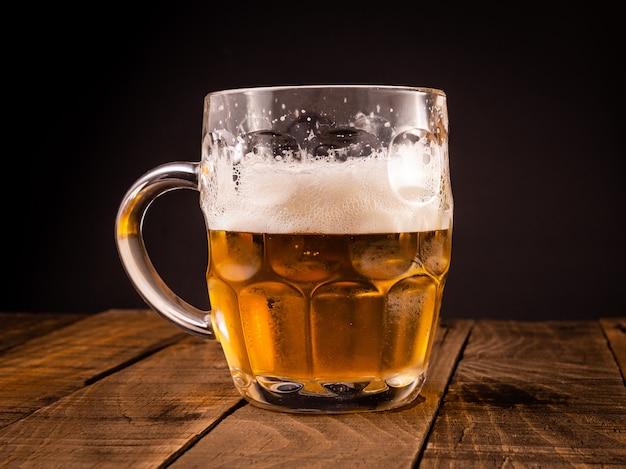 Jarro de cerveja muito fria. conceito para a festa mais oktoberfest. Foto Premium