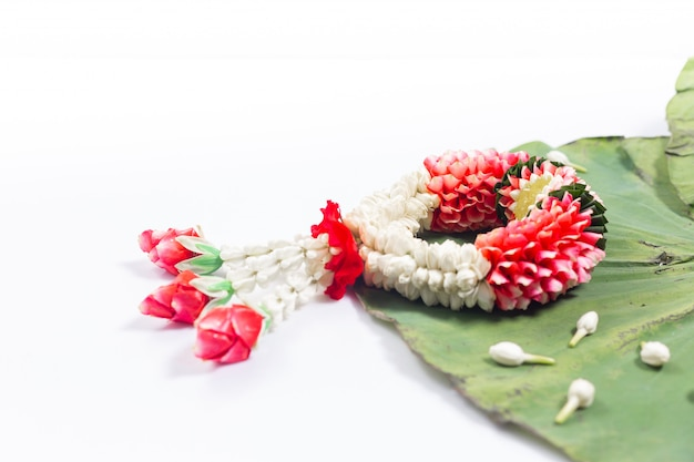 Jasmim e guirlanda de rosas brancas. festival songkran na tailândia. tradicional de tailandês. Foto Premium