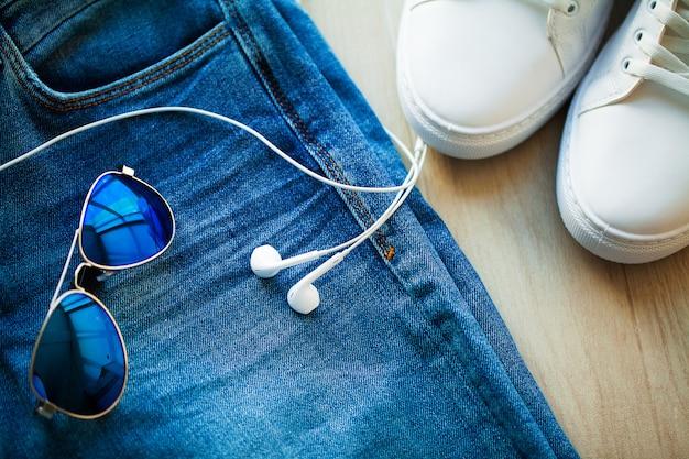 Jeans e tênis branco na prateleira da loja. Foto Premium