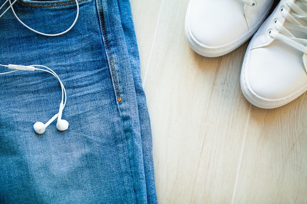 Jeans e tênis branco na prateleira Foto Premium